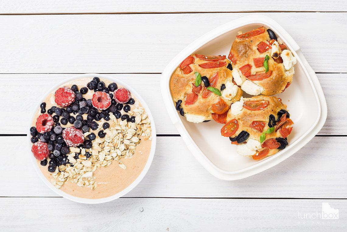 lunchbox - misa morelowo-bananowa z jagodami i malinami oraz muffiny z pomidorami i fetą | lunchboxodkuchni.pl