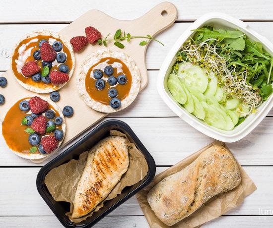 Lunchbox - wafle ryżowe z karmelem i malinami oraz bułka pełnoziarnista z kurczakiem i zieleniną | lunchboxodkuchni.pl