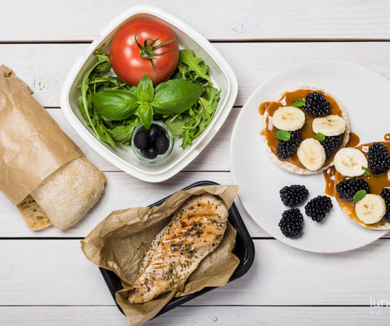 Lunchbox - wafle ryżowe z bananem i jeżynami | lunchboxodkuchni.pl