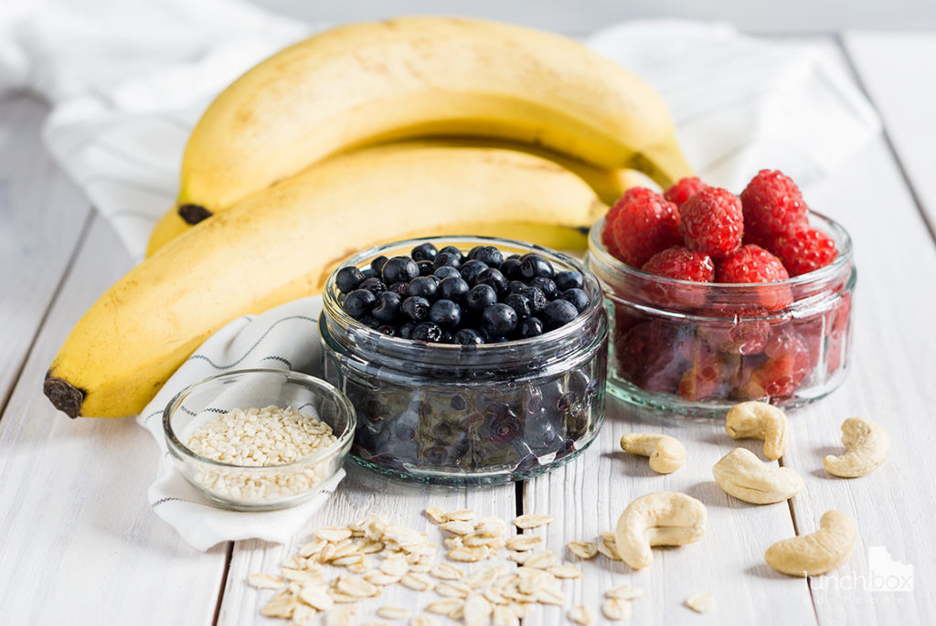 Misa owocowa z bananami, malinami i jagodami   lunchboxodkuchni.pl