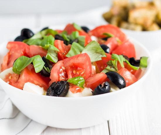 Sałatka a la caprese z grzankami | lunchboxodkuchni.pl
