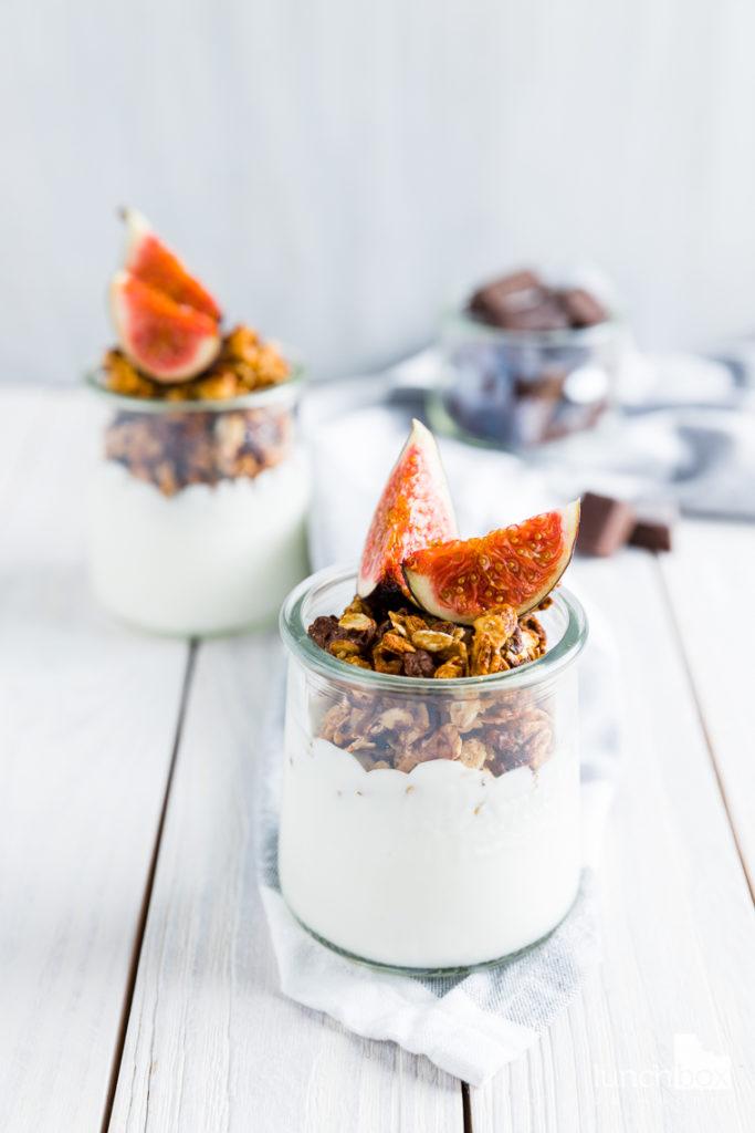 jogurt naturalny z granolą czekoladową i figami | lunchboxodkuchni.pl