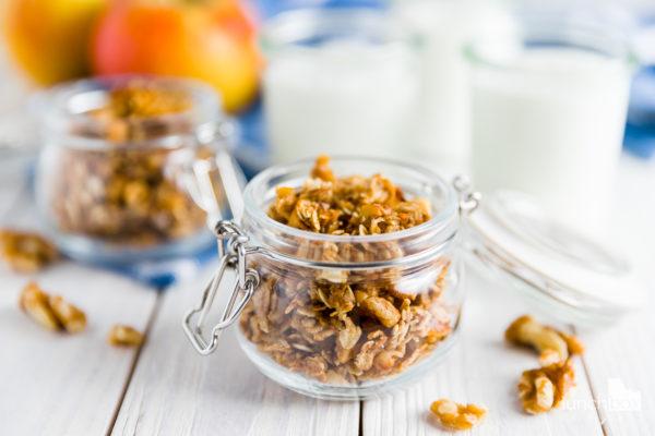 Jogurt naturalny z granolą jabłkowo-cynamonową | lunchboxodkuchni.pl