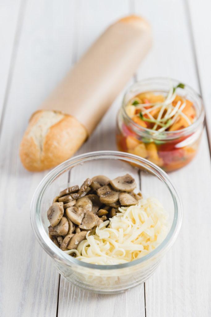 Zapiekanka z mozzarellą i pieczarkami i sałatką z pomidorów | lunchboxodkuchni.pl